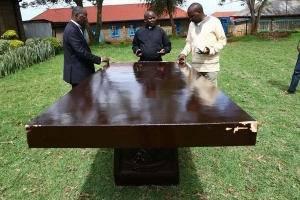 Bàn thờ 100 năm tuổi chuẩn bị cho chuyến công du của Đức Giáo hoàng đến Kenya